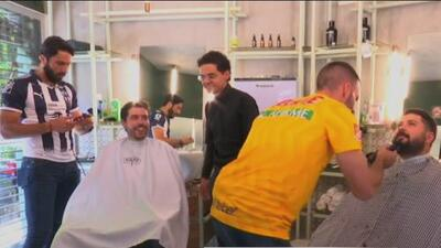 ¡Se adelantó el Clásico Regio! Aldo de Nigris y 'Tito' Villa se atrevieron a ser barberos
