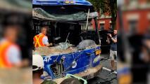 Funcionarios de la MTA sacan autobús enclavado en edificio en Brooklyn