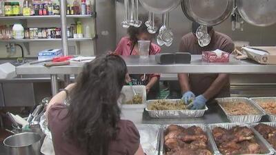 Misión Fred Jordan ofrece cena de Acción de Gracias para familias de escasos recursos en Los Ángeles