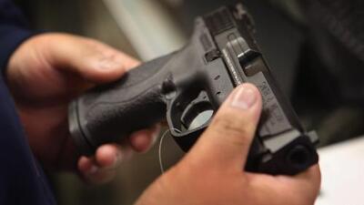 Autoridades de Los Ángeles buscan crear conciencia para que la gente aprenda a guardar las armas de forma segura