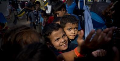 Condenan la deportación de niños migrantes que llegaron a la frontera en busca de asilo