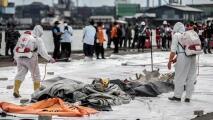 En video: encuentran cajas negras y restos de los pasajeros del avión que se estrelló en Indonesia
