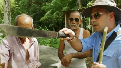 Ojos abiertos y machete en mano, Dr. Juan se aventuró con dos expertos a cazar víboras de cascabel