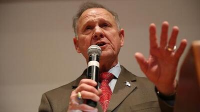 Mujeres y afroamericanos habrían sido claves para la derrota de Roy Moore en Alabama