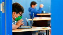 Gobernador de California anuncia millonario fondo para un regreso seguro de los estudiantes a las escuelas