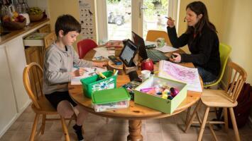 Consejos para mamás: cómo disminuir el estrés en medio de la pandemia y distribuir las tareas