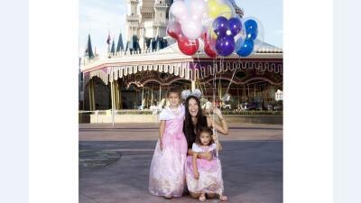 Adriana Lima y sus hijas de aventura en Disneyland