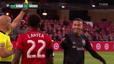 Tarjeta amarilla. El árbitro amonesta a Leonardo Jara de D.C. United