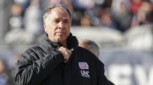 Bruce Arena seguirá en la congeladora: la MLS le añadió partidos y multa al castigo del DT