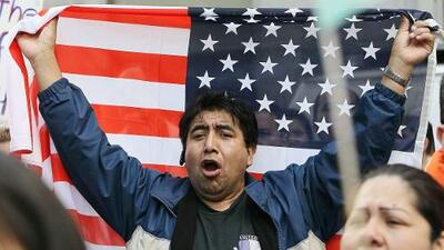 Hispanos marcharán a la mansión del gobernador para pedirle que detenga propuestas de ley antiinmigrantes.