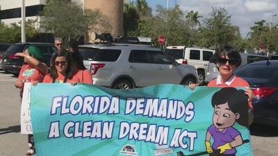 Coalición protesta frente a las oficinas del senador Marco Rubio en favor de los dreamers