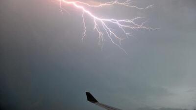 Semana de tormentas en EEUU: ¿qué pasa cuando un rayo impacta a un avión?