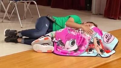 Un gesto de amor que se hizo viral: empleada escolar se acuesta en el suelo para abrazar a una niña autista