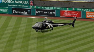 Secan campo de béisbol con un helicóptero