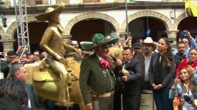 Vicente Fernández vuelve a cantar ante miles de fanáticos en un homenaje donde develaron su estatua