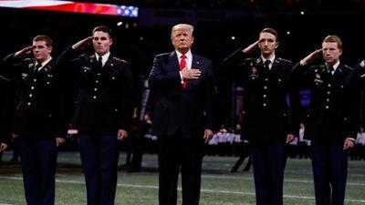 ¿Olvidó Trump la letra del himno de EEUU en plena final del fútbol americano colegial?