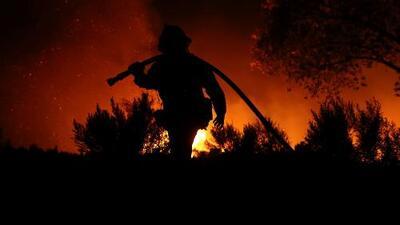 Bomberos cercan el incendio en Murrieta y lo controlan poco a poco