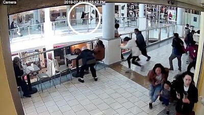 Revelan dramáticas imágenes de los sospechosos disparando dentro del centro comercial de San Bruno