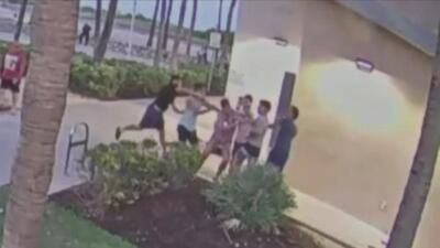 Les aumentan cargos a los jóvenes acusados de golpear a una pareja gay