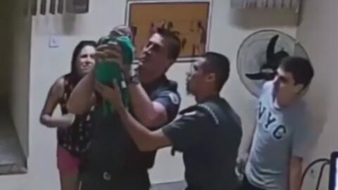 El momento en que un policía aplica la técnica de resucitación y salva la vida de un bebé