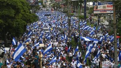Disparan contra manifestantes durante la Marcha de las Flores contra el régimen de Ortega en Nicaragua