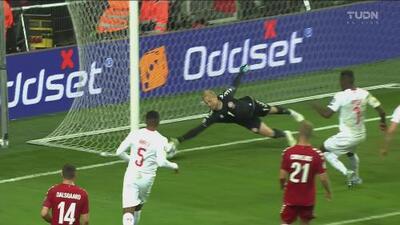 ¡Una más! Schmaichel le roba el gol del empate a Suiza