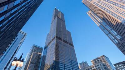 Visitantes al rascacielos más alto de Chicago se llevaron el susto de sus vidas