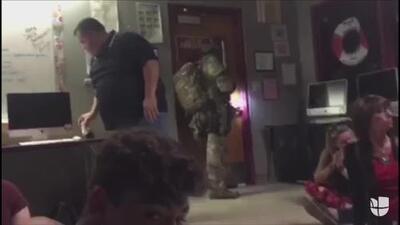 Alumnos agachados y entre susurros: el terror del tiroteo dentro de la escuela en Florida