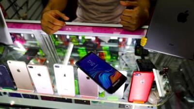 """""""Sirven para los asaltos"""": mexicanos recurren a celulares falsos para darlos a los ladrones"""