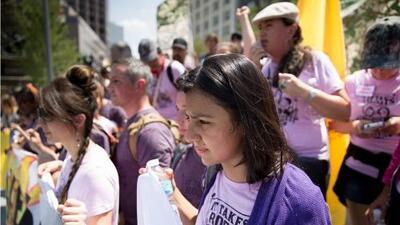 Hija de la activista ambiental Berta Cáceres, protesta a las afueras de la Convención Nacional Republicana