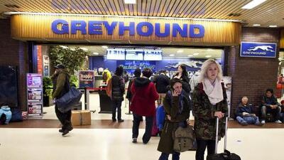 ¿Puede Greyhound prohibirle a los agentes de ICE que se suban a requisar sus buses?