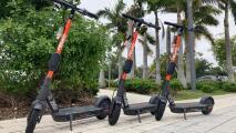 Llamativas, pero molestas para algunos: el uso de patinetas eléctricas continúa generando polémica en Miami