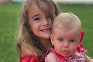 Olivia, de 6 años, junto a su hermana Anna, de 1.