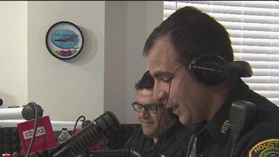 La policía de Houston le apuesta a la radio para acercarse a la comunidad hispana y evitar rumores