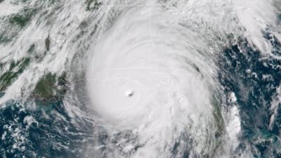 """¿Sugirió Trump bombardear huracanes para que no lleguen a EEUU? Cierto o falso, la idea """"no es buena"""", según la NOAA"""