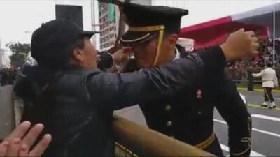 Un policía rompe el protocolo en un desfile nacional para dar una rosa a su madre