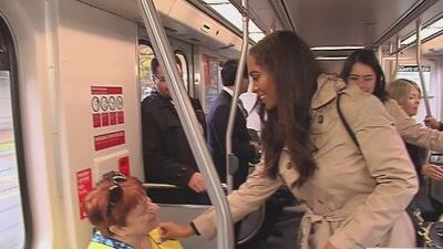 La reina del Desfile de las Rosas promociona el uso del metro para asistir al evento del 2 de enero