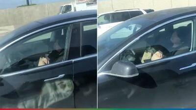 (Video) Conductor se duerme al volante de un carro Tesla mientras iba por la carretera