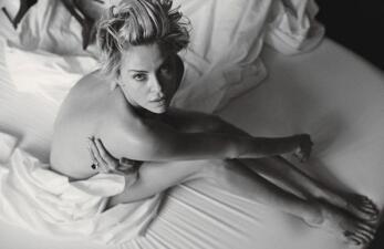 Charlize Theron posa desnuda a sus 40 años
