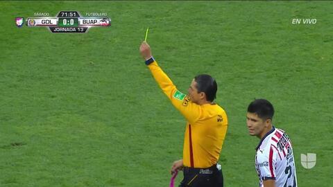 Tarjeta amarilla. El árbitro amonesta a Carlos Villanueva de Guadalajara