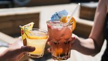 Gobernador Ron DeSantis firma ley que permite vender licor para llevar en restaurantes de Florida