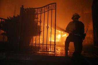 Las impactantes imágenes del voraz incendio Saddleridge en el sur de California