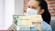 ¿Se acerca un cuarto cheque de estímulo? Biden recibe presión para brindar más ayuda directa a la ciudadanía
