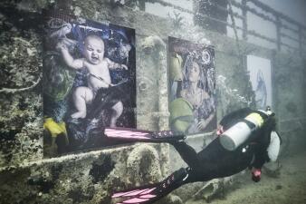 Vean cómo uno de los mejores fotógrafos del mundo montó una exhibición bajo el mar para denunciar la contaminación (en fotos)