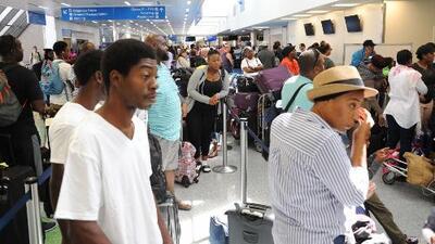 Cientos de pasajeros están varados en el aeropuerto de Miami por cancelación de vuelos