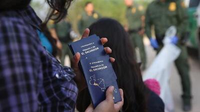 ¿Qué documentos deben tener a la mano los salvadoreños que decidan irse de EEUU tras el fin del TPS?