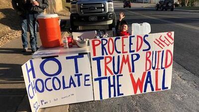 Niño de 7 años vende 'hot chocolate' para ayudar a Donald Trump a pagar por el muro
