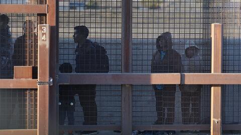 """""""¿Por qué no pariste a tu hijo en tu país?"""": ACLU denuncia presuntos abusos a migrantes en cruce fronterizo de El Paso"""