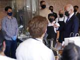 Joe Biden visita restaurante de inmigrantes mexicanos para comprar tacos y enchiladas en el Cinco de Mayo