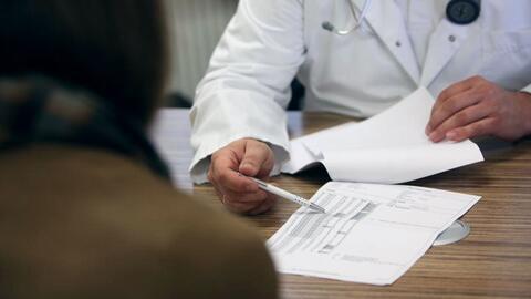 Doctor embarazó a varias mujeres por inseminación artificial con su propio esperma